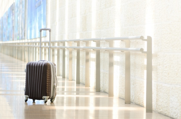Valise De Voyage Emballée, Aéroport. Vacances D'été Et Concept De Vacances. Photo Premium