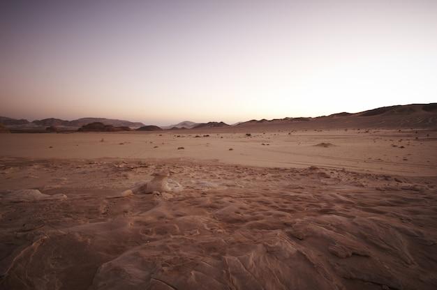 Vallée Dans Le Désert Du Sinaï Avec Montagnes Et Soleil Photo Premium