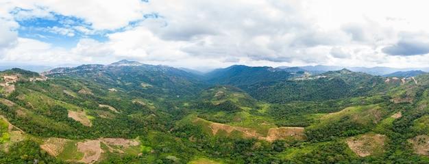 Vallée éloignée Dans Les Montagnes Du Nord Du Laos Ciel Bleu Clair Photo Premium