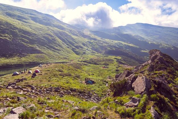 Vallée entre les montagnes Photo Premium