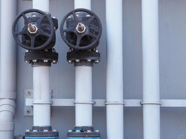 Vanne de plomberie .water fermer ouvrir sur le mur à industriel Photo Premium