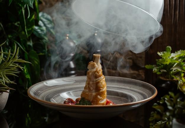 Vapeur d'ozote appliquée à l'agneau cuit dans la pâte Photo gratuit
