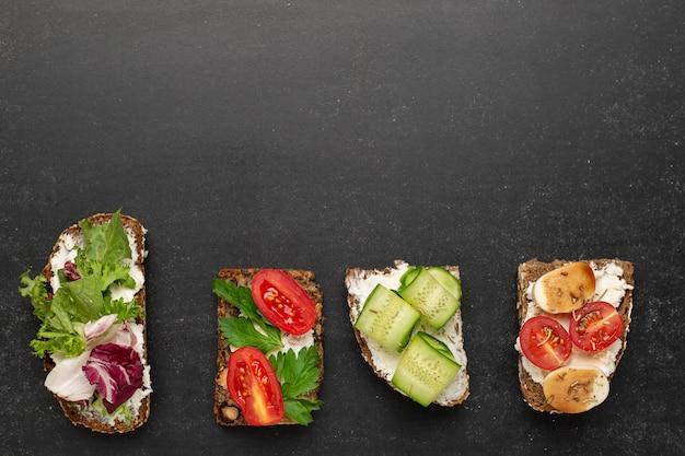 Variantes de sandwichs traditionnels danois ouverts sur du pain de seigle au petit déjeuner Photo Premium