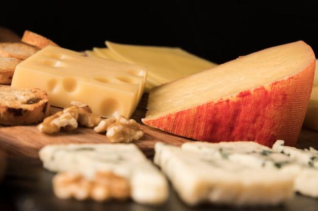 Variation de délicieux fromages sur une table en bois Photo gratuit