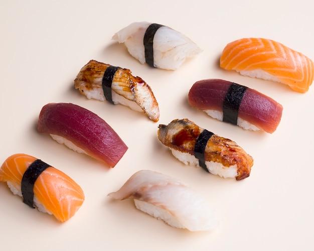 Variation de sushi sur une table blanche Photo gratuit