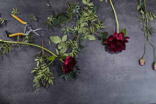 Une variété de belles fleurs posées sur une table grise. Photo Premium