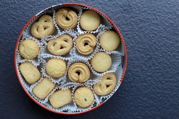 Variété biscuits au beurre de noël biscuits sur fond de pierre noire Photo Premium