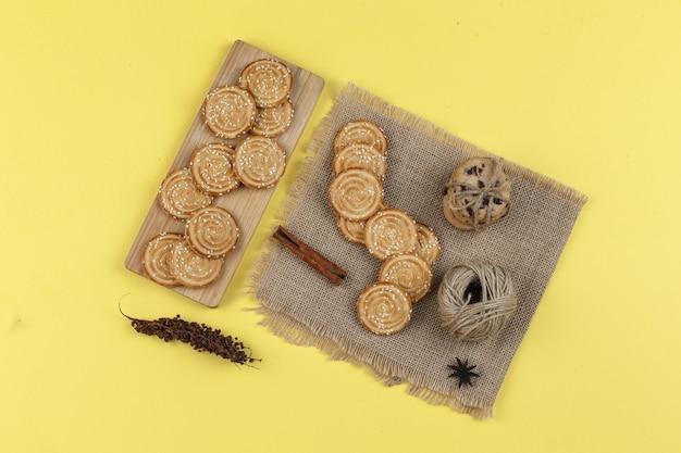 Variété De Biscuits Sur Fond Jaune Photo gratuit