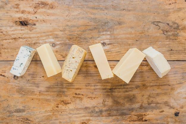 Variété de blocs de fromage sur une surface en bois Photo gratuit
