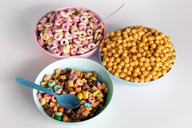 Variété de bols et de céréales vue haute Photo gratuit