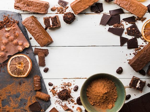 Variété de bonbons et de chocolats dispersés Photo gratuit