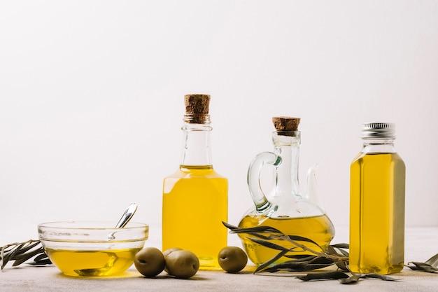 Variété de bouteilles d'huile d'olive avec espace de copie Photo gratuit