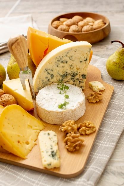 Variété de délicieux fromages prêts à être servis Photo gratuit