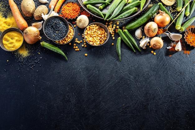 Variété de délicieux légumes frais sur dark Photo Premium