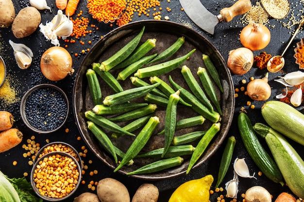 Variété de délicieux légumes frais sur fond sombre Photo gratuit
