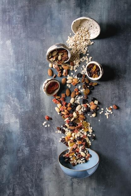 Variété de fruits secs et noix Photo Premium
