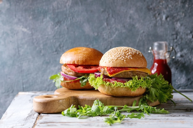 Variété de hamburgers faits maison Photo Premium