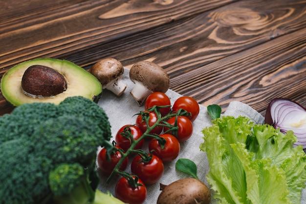 Variété de légumes frais sur un bureau en bois Photo gratuit