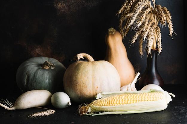 Variété de légumes savoureux sur fond en bois Photo gratuit