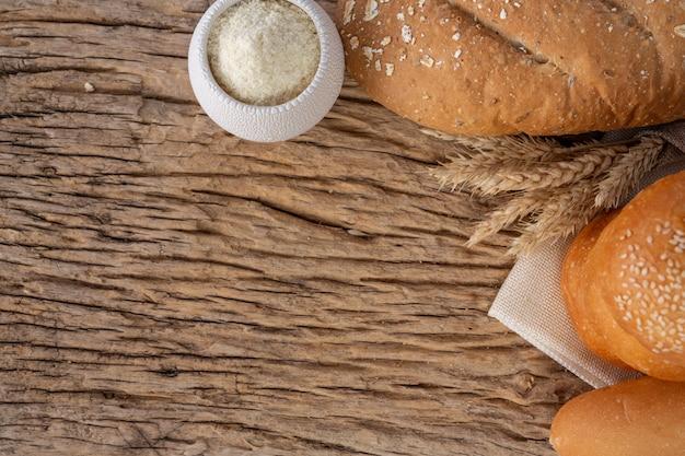 Variété de pain sur une table en bois sur un fond en bois ancien. Photo gratuit