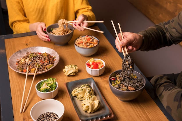Variété de plats asiatiques sur table Photo gratuit