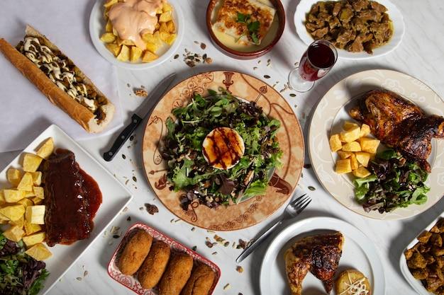 Une Variété De Plats Typiquement Espagnols Sont Servis à La Table Du Restaurant. Vue De Dessus Photo Premium