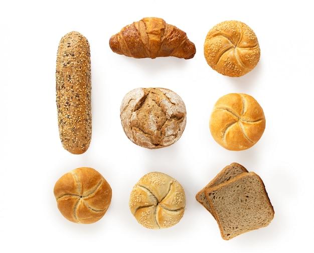 Variété de produits de boulangerie frais, vue de dessus isolé sur fond blanc Photo Premium