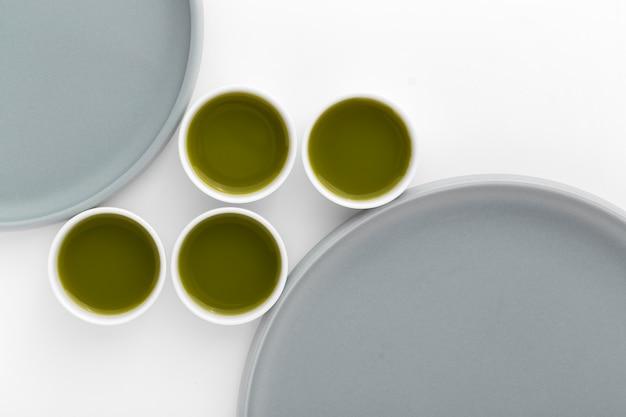 Variété De Tasses En Céramique Avec Thé Au Matcha Photo gratuit