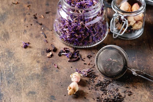 Variété de thé sec avec théière Photo Premium