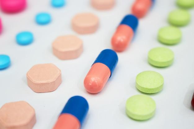 Variété de types de médicaments en lignes dans le concept d'usine de fabrication de produits de santé médicaux avec espace de copie, vue de dessus Photo Premium