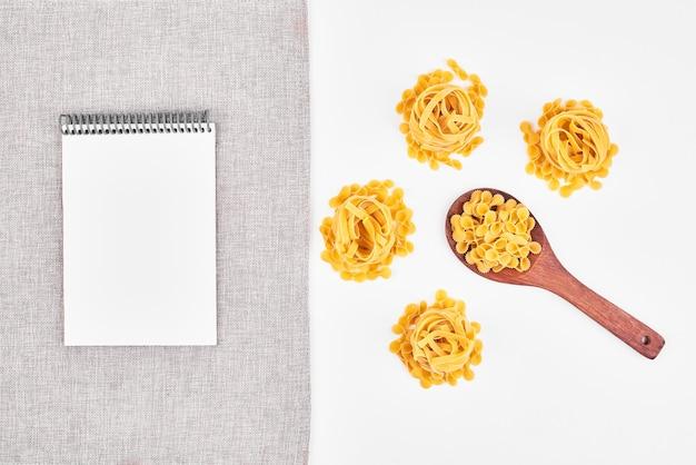 Variétés De Pâtes Avec Un Papier Vierge De Côté. Photo gratuit