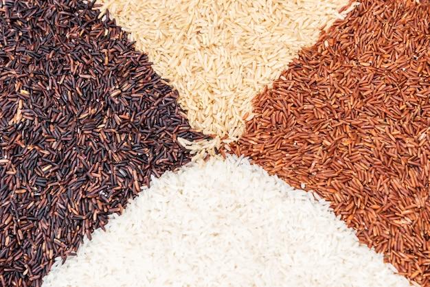 Variétés de riz thaïlandais de riz brun mélangés sur la table. fond de riz. Photo Premium