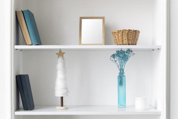 Vase Bleu, Cadre Et Livres Sur Des étagères Blanches. Accessoires Et Livres Classiques Bleu Maison Sur étagères Murales Photo Premium