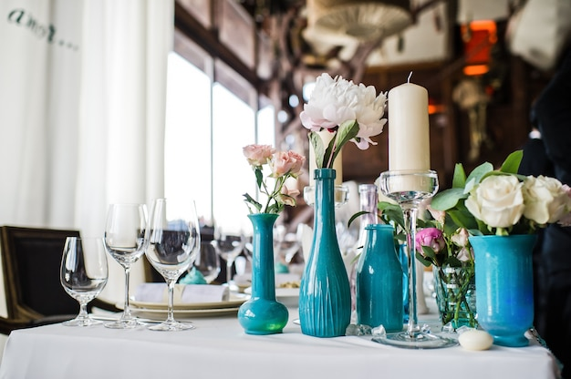 Vase avec des roses blanches sur la table du restaurant Photo Premium
