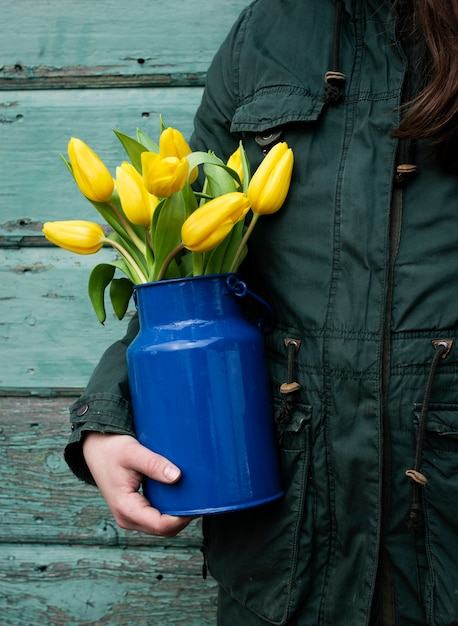 Vase De Tenue Humaine Avec Des Fleurs Photo gratuit