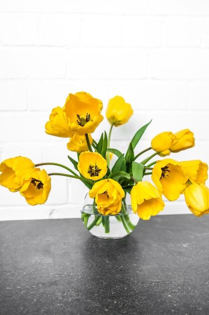 Vase Transparent Avec Tulipes Jaunes Photo gratuit