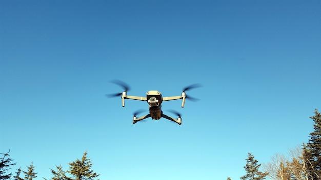 Véhicule Aérien Sans Pilote. Le Quadcopter Vole Dans Le Ciel Bleu. Technologie Moderne . Uav. Photo Premium