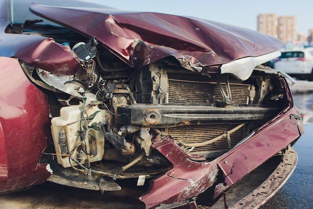 Véhicule Montrant Des Dommages à L'avant De L'arrière Mettant Fin à Un Autre Véhicule à Un Feu Rouge. Photo Premium