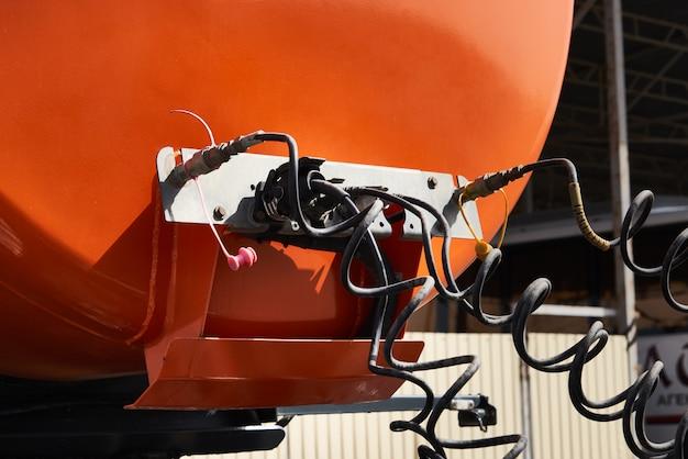 Véhicule Spécial Pour Le Transport D'eau Et D'autres Fluides Techniques Ou De Gaz, Camion Avec Réservoir Photo Premium