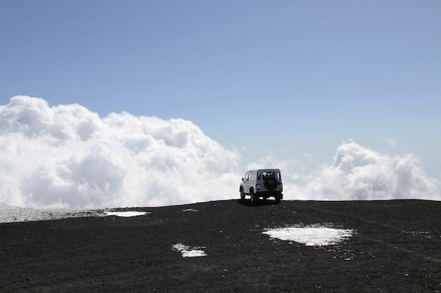 Véhicule tout-terrain sur le volcan etna Photo Premium