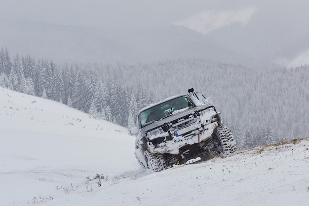 Les véhicules tout terrain montés en hiver conduisent au risque de neige et de glace, à la dérive Photo Premium