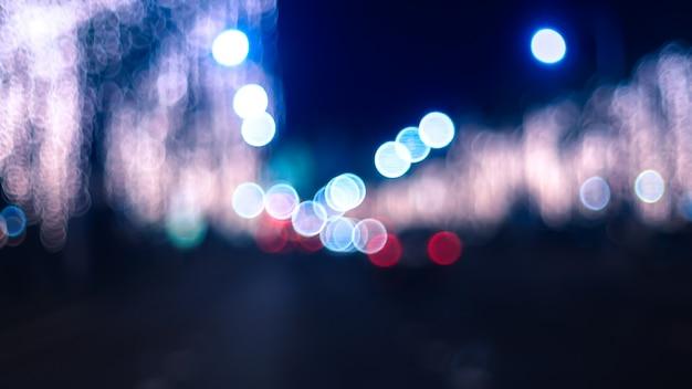 Veilleuse de nuit défocalisée. bokeh lampadaires de voitures dans la ville. Photo Premium