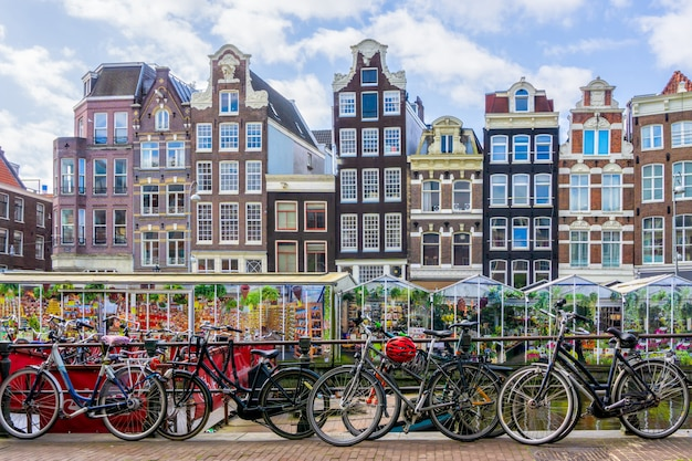Vélo sur le canal d'amsterdam ville Photo Premium