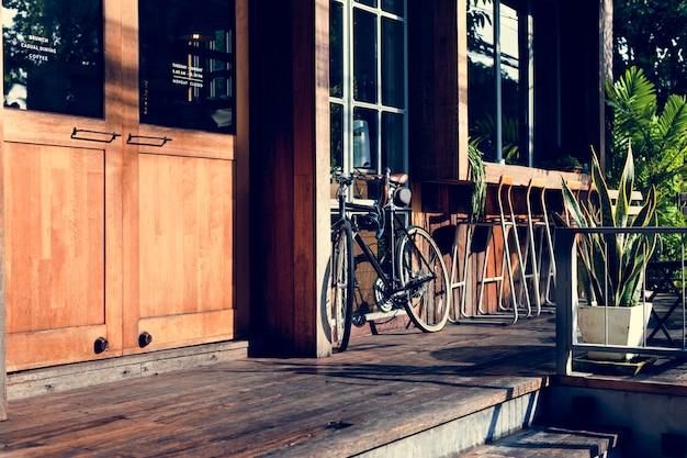 Vélo garé à l'extérieur de la boutique Photo gratuit