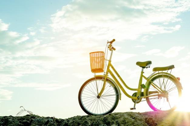 Vélo jaune et coucher de soleil le soir de l'hiver avec espace de copie clé Photo Premium