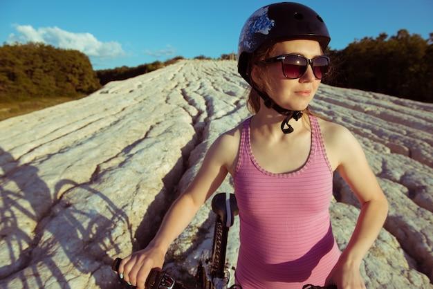 Vélo De Jeune Femme à L'extérieur Photo Premium