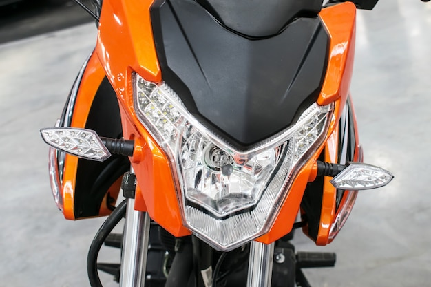 Vélo orange, moto, cyclomoteur avec feux Photo Premium