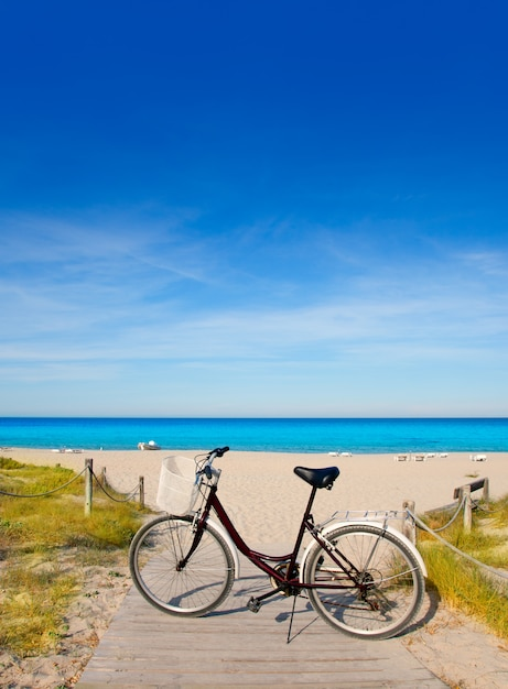 Vélo à la plage formentera sur les îles baléares Photo Premium