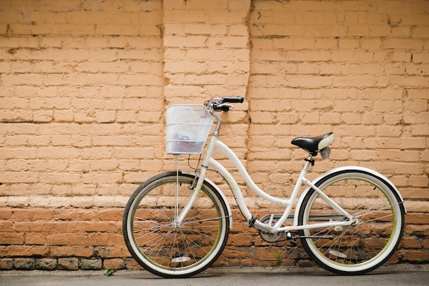 Vélo De Ville Blanc Avec Mur De Briques Photo Premium