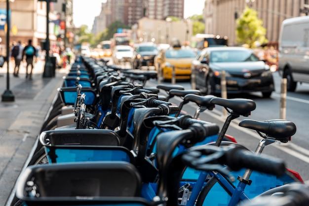 Vélo de ville garé sur le bord de la route Photo gratuit